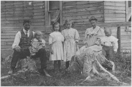 Lundgren Family, Copeland, Idaho, 1910 - Swan, Hazel, Alice, Gladys, Julia, Walter